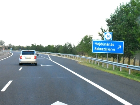 ici c'est comme en Alsace. Ils te donnent le code Wifi sur le route !