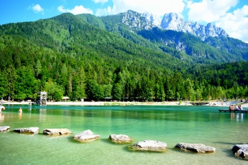 Le lac de kranska Gora. Eau bleu turquoise mais vraiment froide... Au fond les sommets dignes des Dolomites. c'est je crois l'eau la plus froide que nous ayons eu pour la douche...