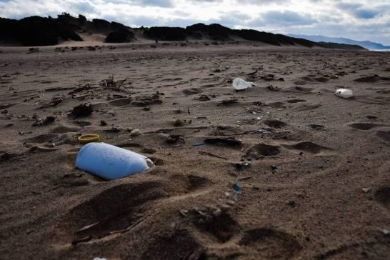 Une plage au milieu de nulle part, pas de village aux alentours, pas de route d'accès pour touristes, pas de port de plaisance... et pourtant un vaste monceau improbable de plastiques en décomposition – à Sardaigne Italie.