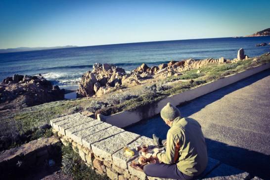 Le dernier petit dej au solei des vacances. devant nous la plage de Porto Pistrosu