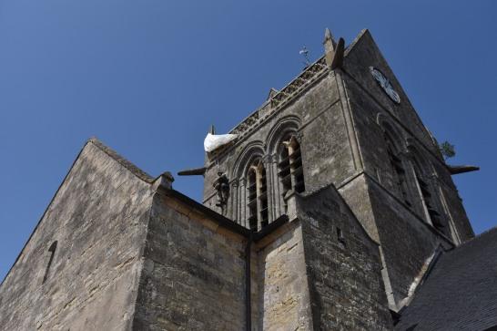 En quittant le Mont saint Michel, rien de plus court que de passer par Sainte Mère l'Eglise et son fameux parachutiste coincé sur le clocher. L'histoire raconte d'ailleur qu'il était bloqué de l'autre coté. Mais rien de certain. C'est dans le film Le jour le plus long que la légende est née.