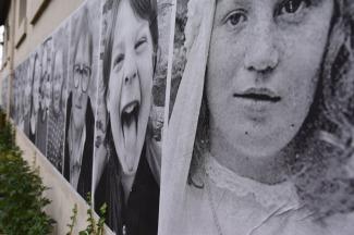 Dans le petit village de Plufur (22), les restes du passage de JR artiste parisien qui traverse les pays en affichant des portraits géants en noir et blanc.