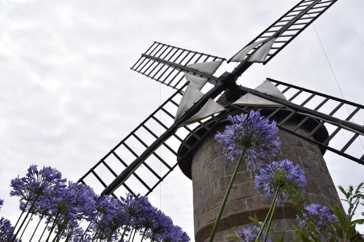 Le magnifique moulin de la baie de Lannion au Yaudet. Le Moulin de Crec'h Olen, moulin à vent du Yaudet probablement construit vers 1650.