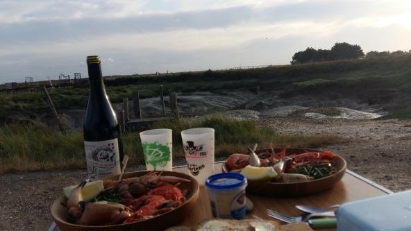 Au passage, on en profite pour manger local. Un beau plateau de fruits de mer avec un délicieux vin de Savoie. Dans ce cadre là, un régal