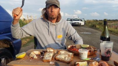 Un van, du soleil, des produits de la mer, un bel endroit... Homme heureux !!