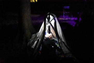 Ce soir c'est construction de cabane pour Emilian et une tentative de dodo dehors. Retour dans le van vers 23h00. Il y avait une araignée dans la cabane...